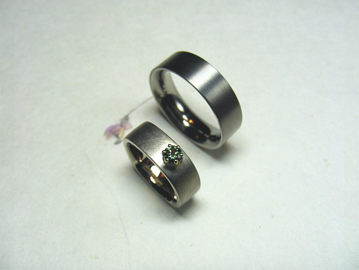 14kt wit- en geelgoud en groene diamant / titanium herenring