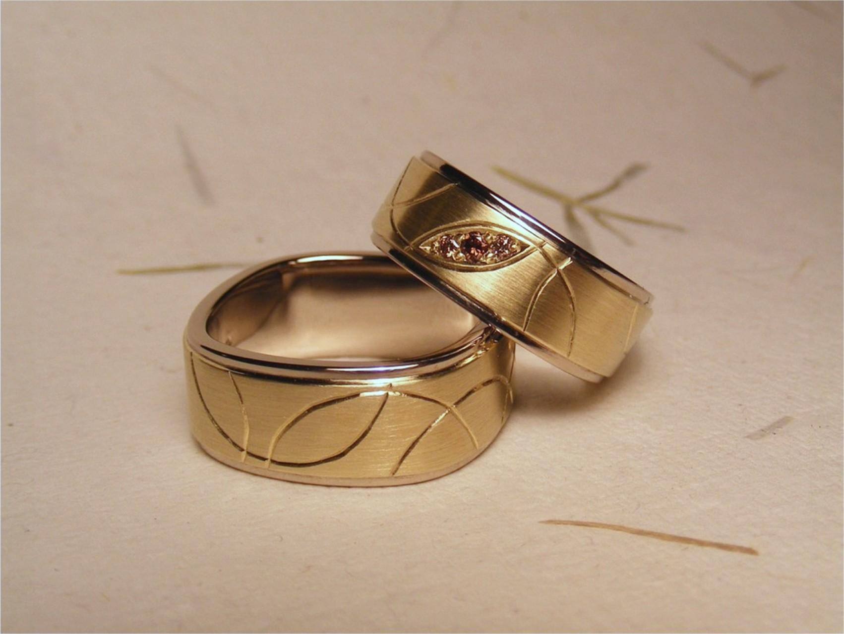 14kt wit- en geelgoud, bruine diamanten en handgravure