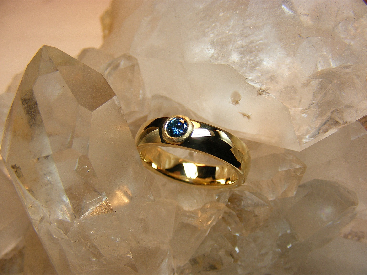 14kt geelgoud en blauwe diamant