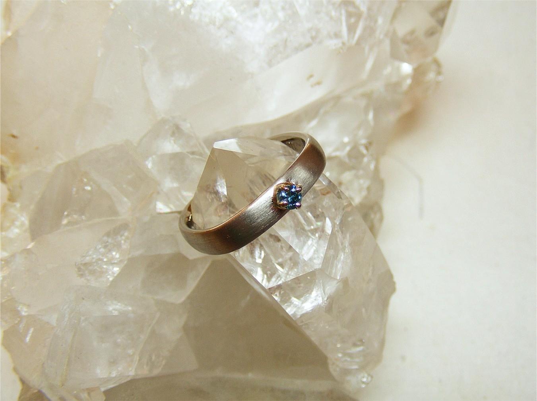 14kt witgoud en blauwe diamant