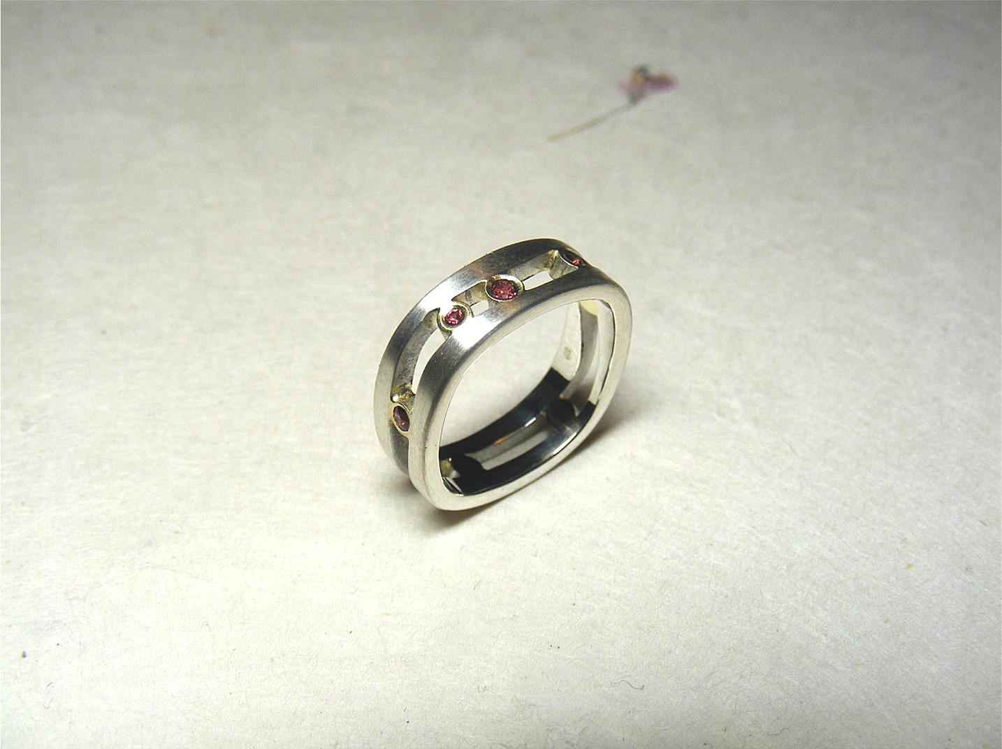 zilver, 14kt geelgoud en roodbruine korunden