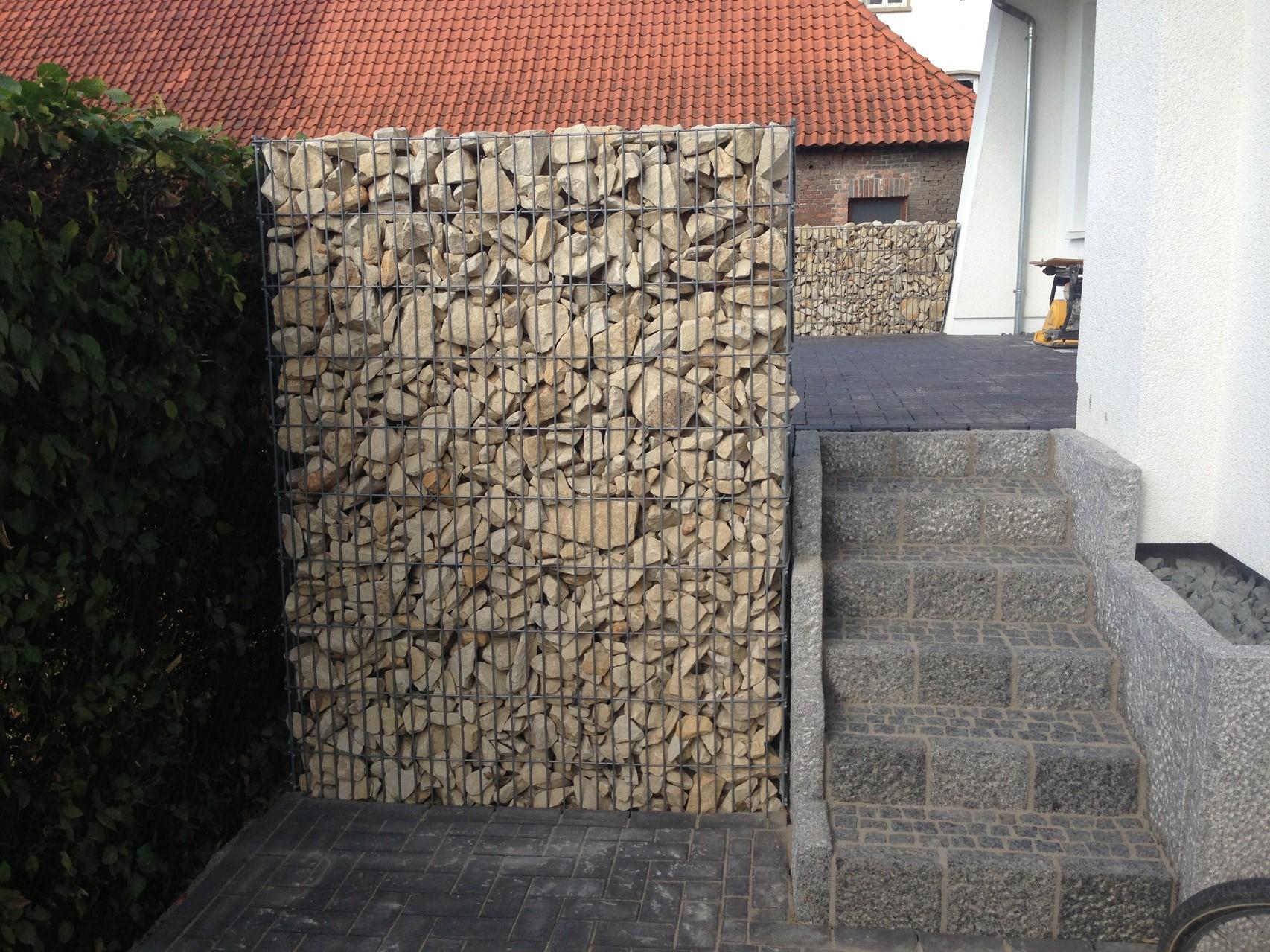 Garbione mit Sandsteinschotter / Neuanlage einer Natursteintreppe