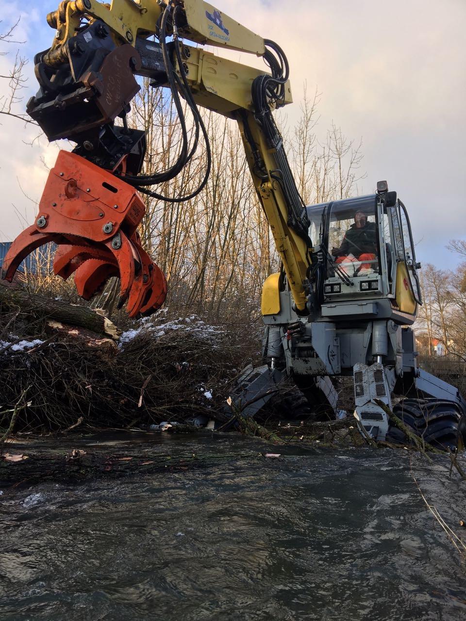 Der Schreitbagger mit Baumschere bei der Gewässerunterhaltung