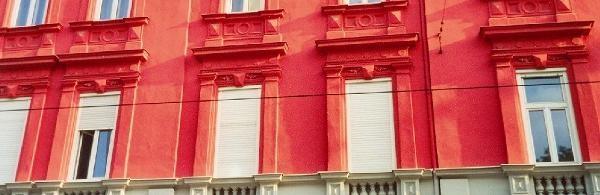 Detail der Fassade des roten Hauses. © Sudy