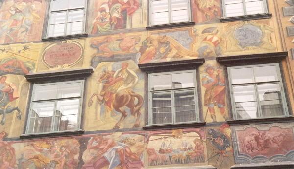 Eine dichte Bilderfülle schmückt das gemalte Haus in der Herrengasse 16. © Sudy
