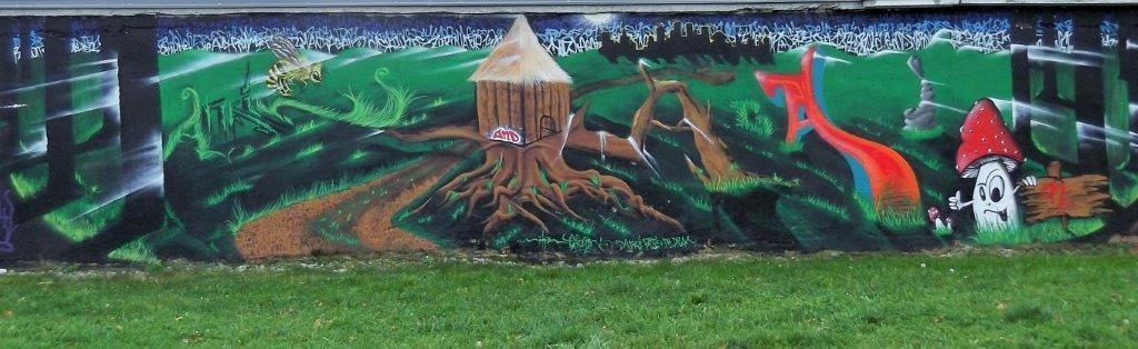 Diese Graffiti-Mauerwelten begrenzen (noch) den Südrand einer Wiesenfläche, auf der ein Teil der Smart City Graz-Mitte entstehen wird. © 2015 Reinhard A. Sudy
