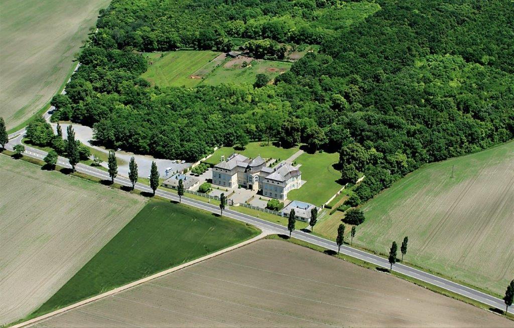 Niederösterreich, Schloss Niederweiden, Gesamtansicht. Foto: Stefanie Grüssl / BHÖ / Mit Dank an die BMI-Flugpolizei.