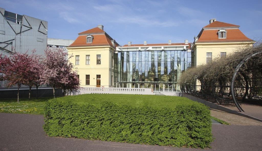 Blick vom Garten auf Altbau mit Glashof. © Jüdisches Museum Berlin / Foto: Jens Ziehe
