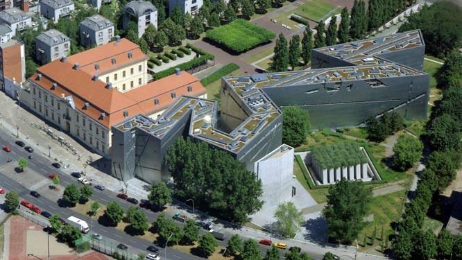 Luftaufnahme des Jüdischen Museums mit Libeskindbau, Altbau, Exilgarten, Holocaust-Turm und Garten. © Jüdisches Museum Berlin / Foto: Luftbild und Pressefoto-Robert Grahn