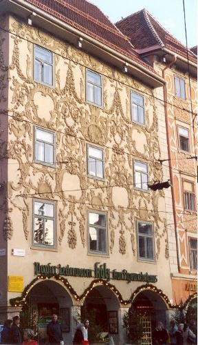 Die Stuckfassade des Luegg-Hauses am Eck Hauptplatz und Sporgasse. © Sudy