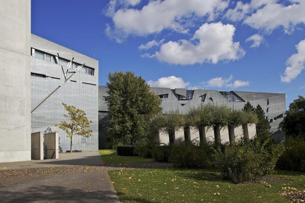 Libeskind-Bau mit Garten des Exils und Holocaust-Turm. © Jüdisches Museum Berlin / Foto: Burkhard Katz
