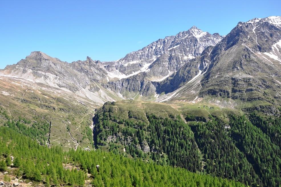 Pianoro di Quarnèi a 2'100msm ca, e sullo sfondo la cima dell'Adula TI (3'402msm)