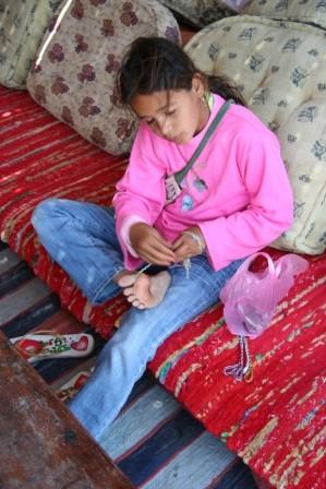 Questa piccola beduina in poco più di due minuti ha creato un braccialetto