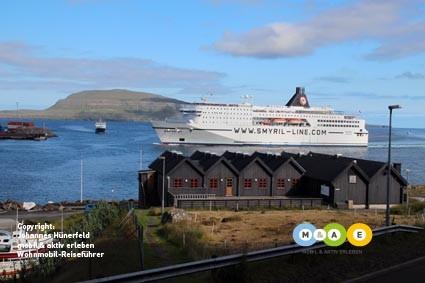 Die Norröna bei Einfahrt in den Heimathafen Tórshavn (FO)
