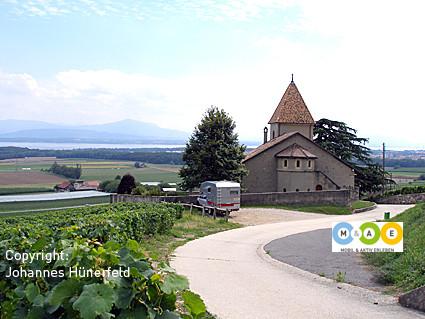 Idyllische Kirche oberhalb von Luins am Genfer See
