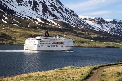 Die Norröna verlässt Island wieder