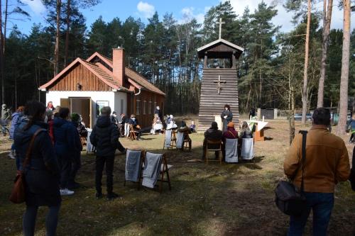 Pfarrerin Almuth Wisch bei der Andacht unter freiem Himmel am Ostersamstag