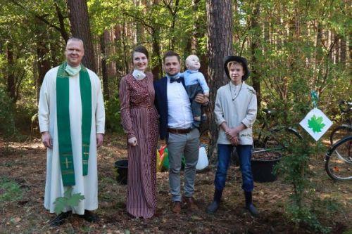 Erste Baumpflanzung mit Pfarrer Clemens Bloedhorn und Baumprinz Jonas am 04.10.2020 anlässlich der Taufe des kleinen Gabriel