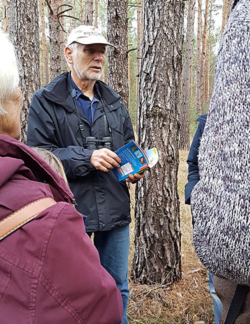 Herr Dörfler beim Waldrundgang