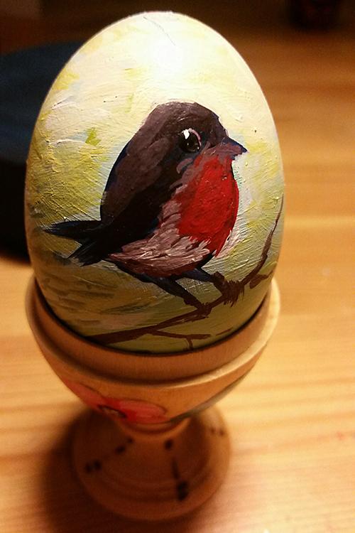 Passend zur Wahl des Rotkehlchens als Vogel des Jahres hat die Initiatorin der Osterchallange Manuela Riemer dieses Osterei gestaltet