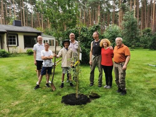 27.07.2020 Jonas pflanzt hier eine Trauerweide in Borkheide [Archivbild]