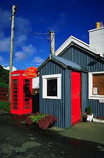 Post-Office, rote Telefonzelle vor blauem Himmel