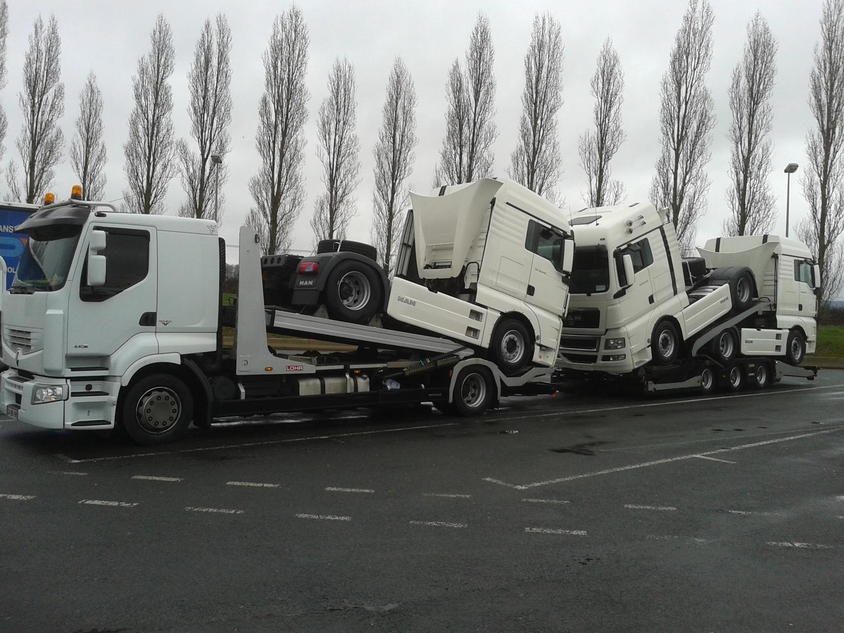 Transport de trois tracteurs routiers