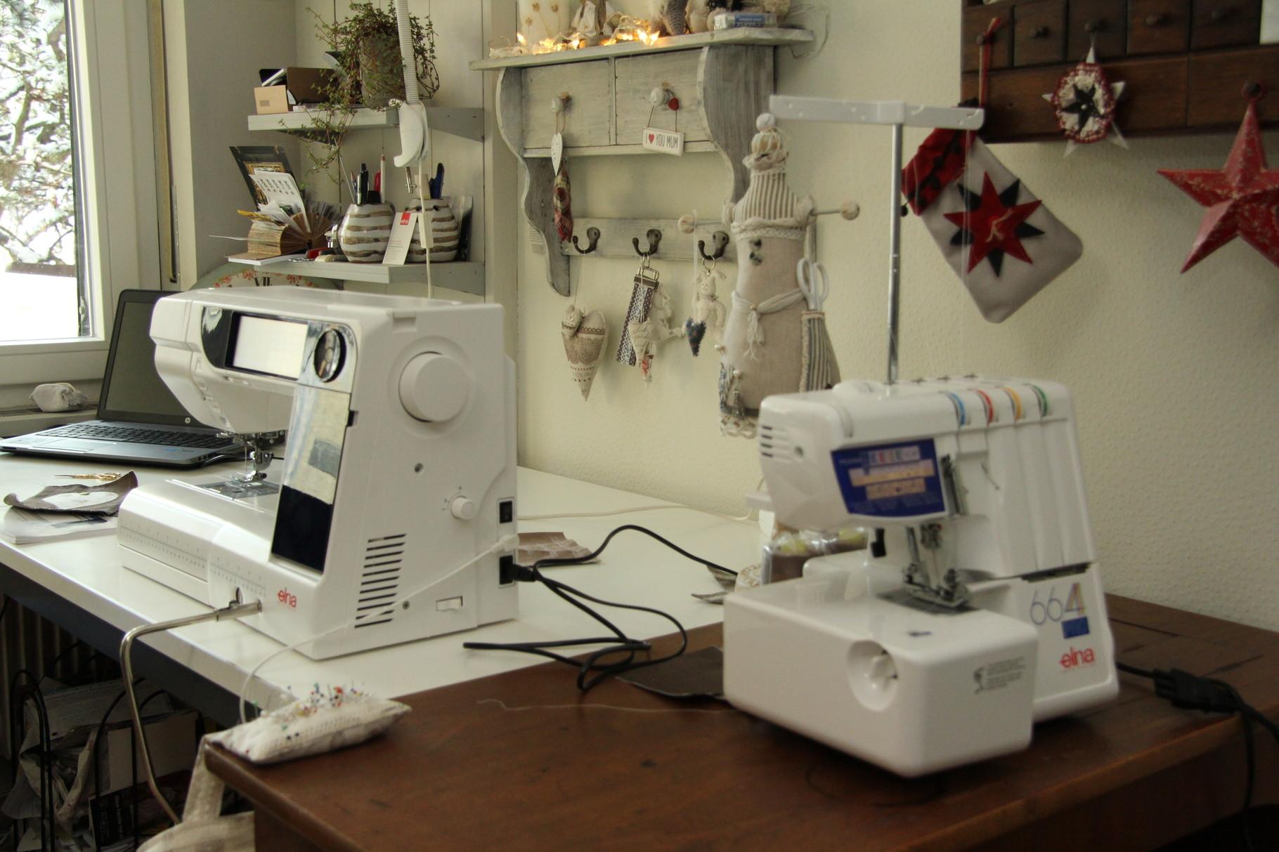 Atelierbild mit Arbeitsplatz und Nähmaschine