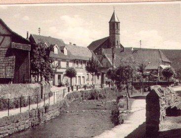 Blick vom Eisenwarengeschäft Emil Kunz auf den Dorfbach, Hauptstraße