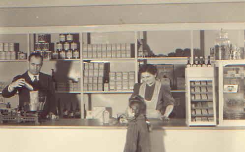"""Josef und Luise Kühn,g eb. Huck in """"ihrem"""" Laden, ca. 1950"""