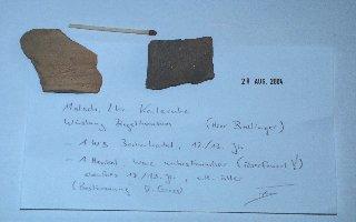 Foto unten: Lesefunde von der Wüstung Ziegelhofen, Teil einer Becherkachel und eines Henkels aus dem 12./13.Jh. (Bestimmung: Dr. Uwe Gross, Landesdenkmalamt Stuttgart).