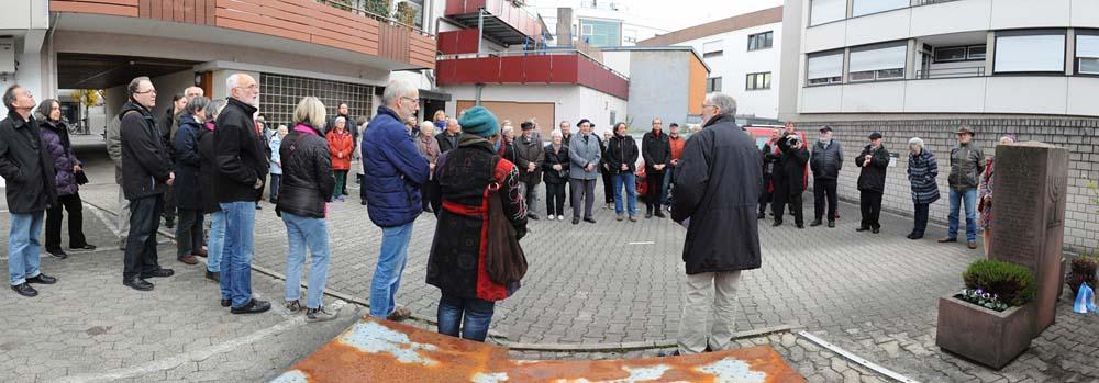 Zahlreiche Besucher bei der Gedenkstätte im Hinterhof Schuhhaus Haitz