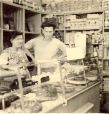 Bertram und Veronika im modernisierten Laden ca. 1960