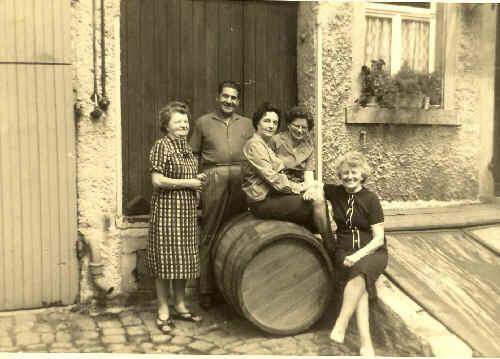 Josefa Schindler, Johann Kocak, Elise Schindler und Elisabeth Reisenauer (von links) im Jahr 1965 im Hof mit einem Weinfass