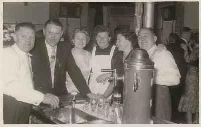 Vater Albert, Tochter Elsa und Gäste