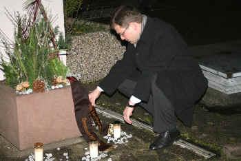 Kranzniederlegung durch Bürgermeister Himmel am Gedenkstein