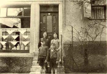 Mutter Anna und 3 Kinder ca. 1943 vor dem Laden