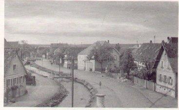 """Hauptstraße und Waldprechtsbach vom Gasthaus """"Rössel"""" Richtung Adlerbrücke"""