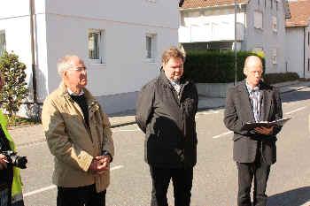 Claudius Zellerliestdie Geschichteeiner jüdischen Familie. v.li:Josef Bechler, Pfarrer Thomas Dempfle, Pfarrer Clauius Zeller