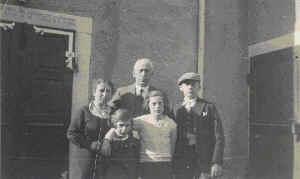 Familie Kaufherr vor der Synagoge: v.li.n.re:Betty, Hannelore, Josef, Marianne, Martin