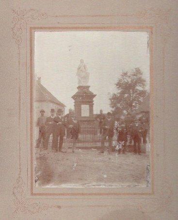 Auf dem Kirchplatz, vor dem I. Weltkrieg