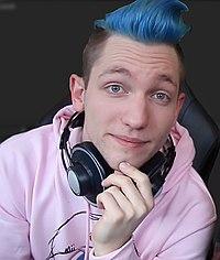 Mann mit blauen Haaren