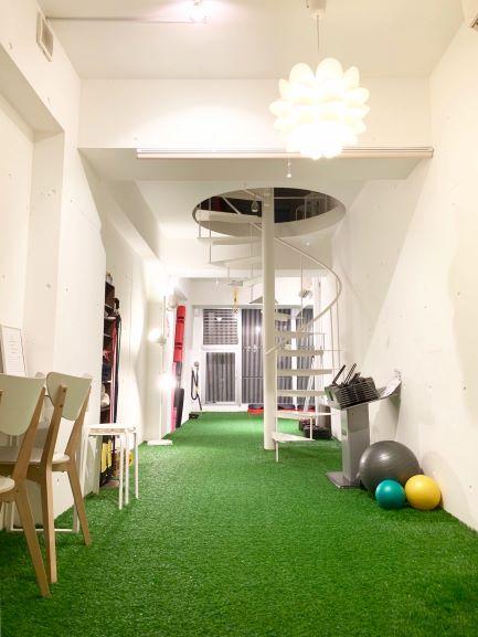 梅田店(大阪市北区)バランスボール、人工芝のパーソナルトレーニングジム