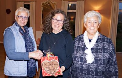 Petra Heide (li) und Eva Mertens (re) bedanken sich bei Uta Janbeck für einen äußerst interessanten Vortrag.