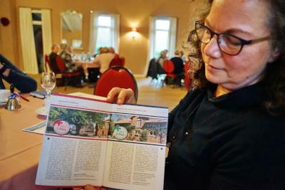 """Mit Stolz präsentiert Uta Janbeck die Broschüre des Ministeriums , dass """"Janbeck`s Fairhaus"""" auf den 1. Platz beim Nachhaltigkeitspreis 2017 gesetzt wurde"""