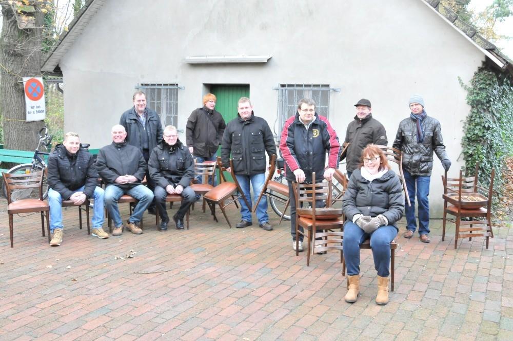 Los ging´s beim alten Vereinshaus mit den letzten Stühlen...