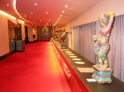 authentieke indiase beelden dansers geplaatst in de centrale garderobe van het concertgebouw tijdens het indiafestival 2008