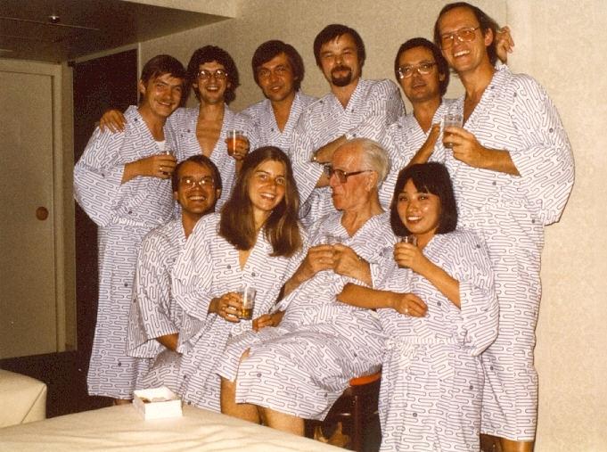 Grand Palace Hotel Tokio, 14. September 1982:  Zimmerparty im Yukata mit Eugen Jochum (sitzend, 2. v. r.) und Kollegen der Bamberger Symphoniker