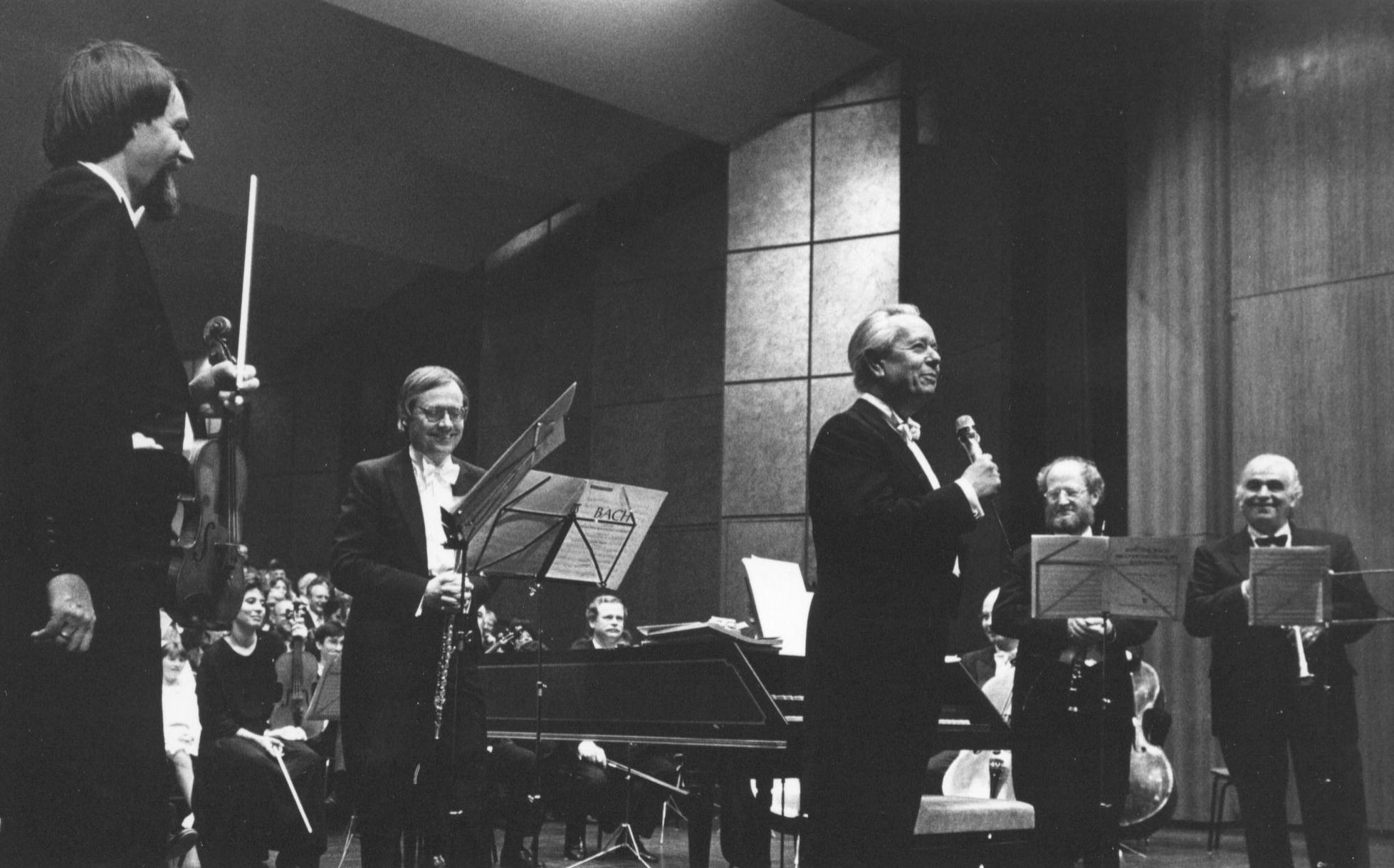 Stadthalle Bayreuth, 4. Mai 1989:  Johann Sebastian Bach, Zweites Brandenburgisches Konzert mit Maurice André (Trompete), Gunther Pohl (Flöte, Mitte), Walter Forchert (Violine, links) und Viktor Lukas (Leitung, rechts)