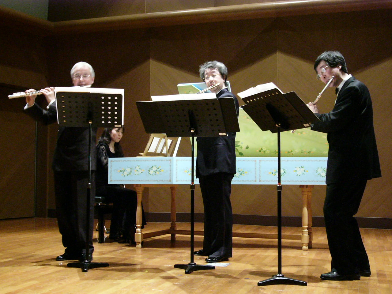 Muramatsu Recital Hall Osaka, 3. März 2004:  Johann Sebastian Bach, Triosonate D-Dur mit Gunther Pohl (Flöte, links) und Kyohei Yamamoto (Flöte, rechts)
